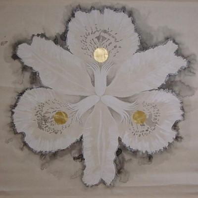 花紋(巻物)/ A Flower Crest (a scroll) |  雲肌麻紙 水干(白) 雲母(きら) 墨  金箔 にかわ(三千本)  154 x 154 cm 2007  Linen mixed paper, white pigment, mica, sumi, gold leaf, nikawa(gelatin)